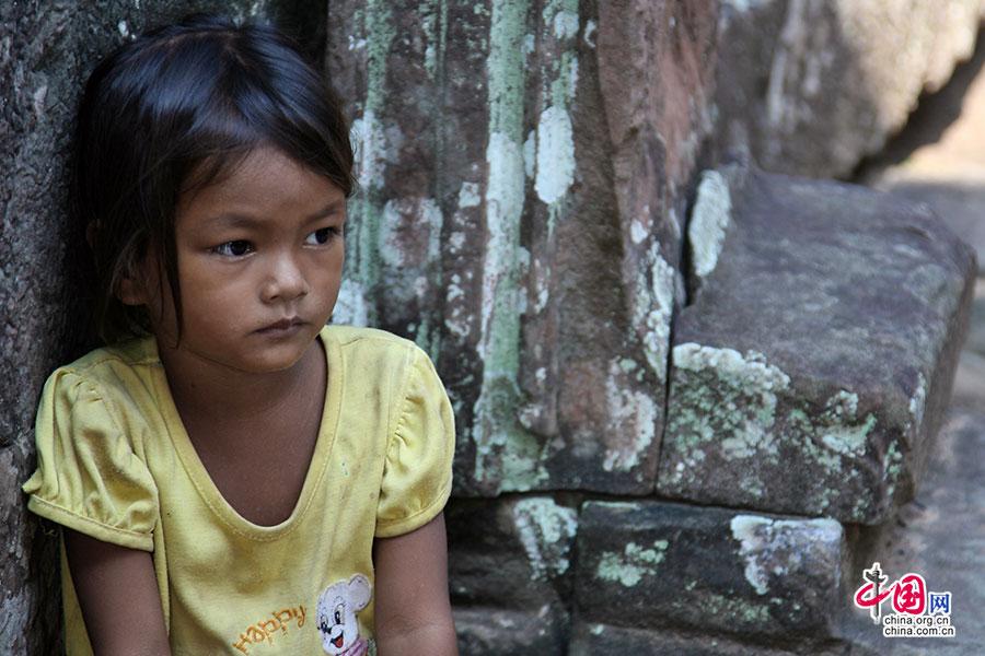 班迭哥迪寺里期待着别人买明信片的小女孩