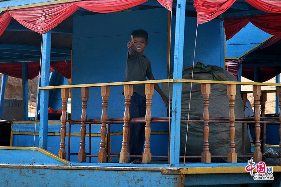 越南村生活在船上的小男孩