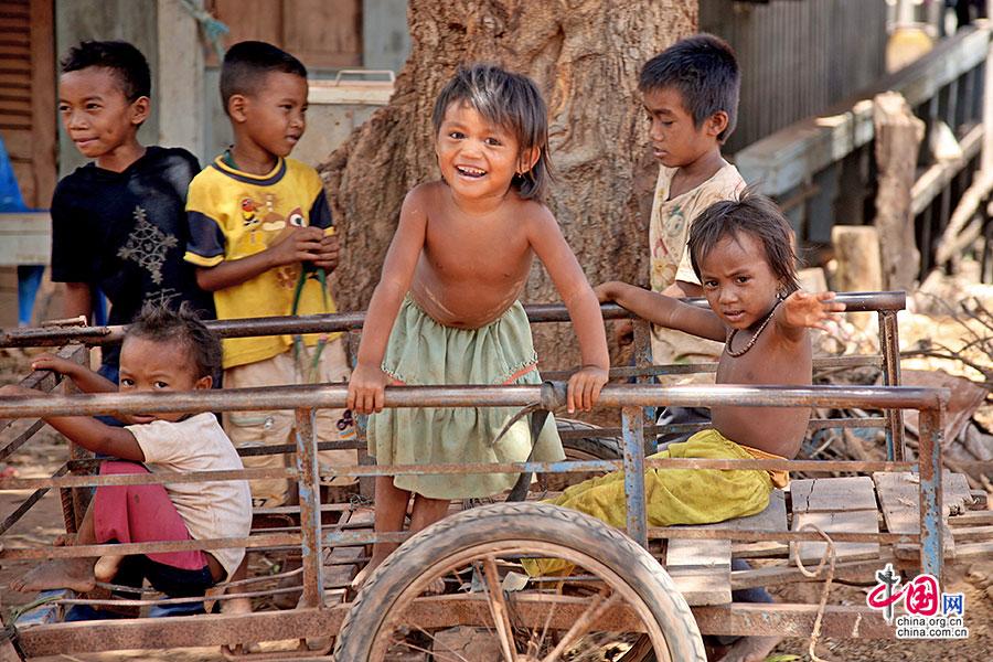 高棉农村在板车上玩耍的孩子们