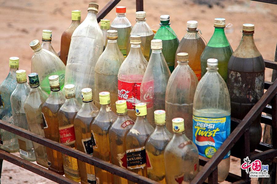 可乐瓶装着机油售卖给机动车
