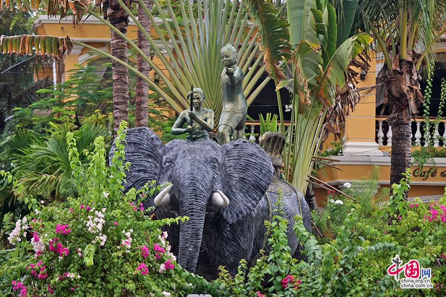 大象雕塑上的吴哥人