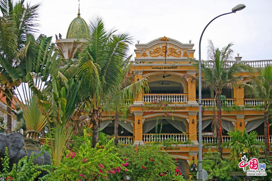 街中央的大象饭店是华丽的殖民时代建筑