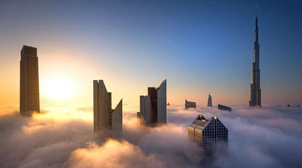 """美摄影师拍摄迪拜摩天大楼""""漂浮""""云雾中震撼场景[组图]"""