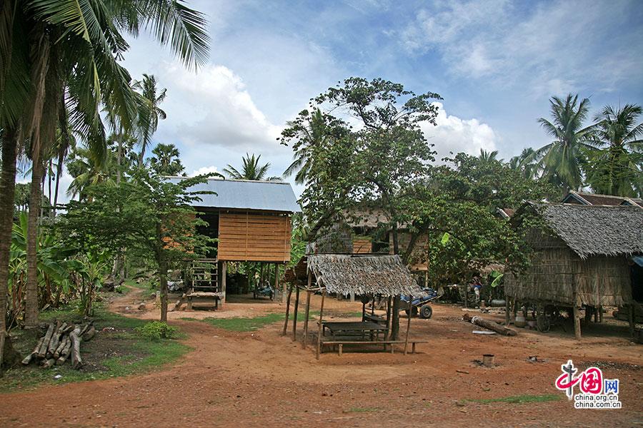 高腳木屋被高高地支撐在紅土上
