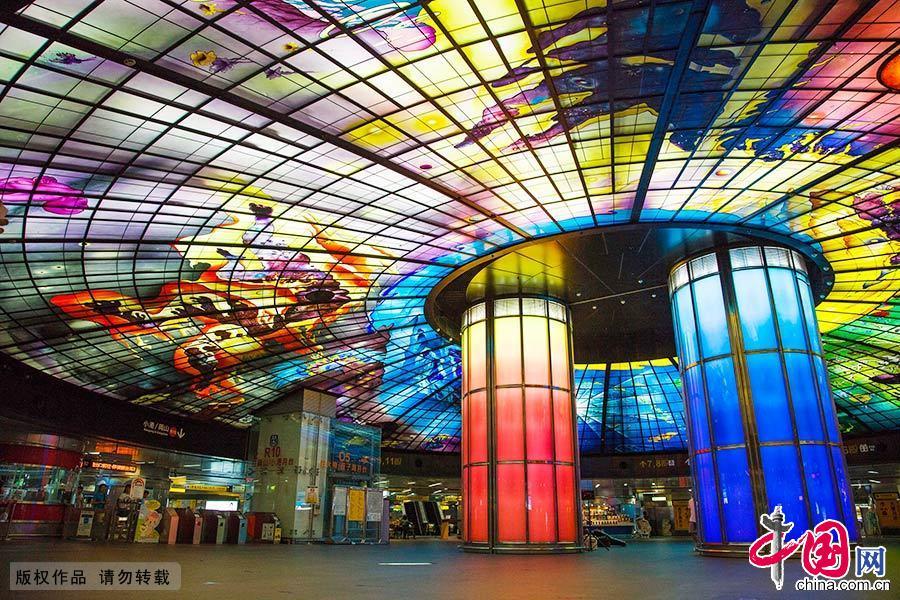 美丽岛站(原名大港埔站)位于台湾高雄市新兴区,本站由日本建筑师高松伸所设计,以祈祷为主题象征。