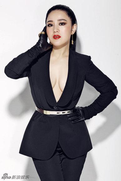 王碧儿身穿黑装帅气逼人