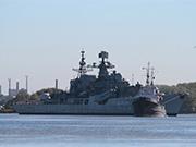 俄軍現代級驅逐艦船廠泡了14年後被拖走