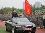安徽高校領導乘閱兵車'閱兵'
