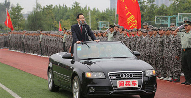 安徽高校領導乘閱兵車檢閱學生 軍方:極不嚴肅
