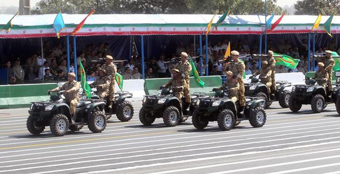 伊朗大閱兵紀念兩伊戰爭 亮出多款山寨武器