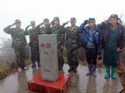 越南人民軍穿山越嶺巡邊境 與中越界碑合影