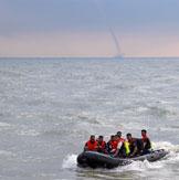 美海军在孟加拉湾训练遇水龙卷
