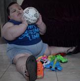 巴西3岁男孩重70公斤 胖得走不动(组图)
