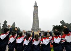 邯郸市渚河路小学学生在纪念塔前敬礼