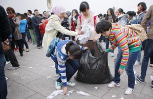 天安门升旗现垃圾遍地 大学生自发捡垃圾