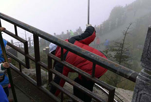 峨眉山环卫工悬崖边捡垃圾 脚下宽不足1米(组图)