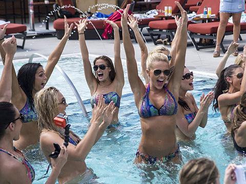 爱运动的泳池美女:美国小姐水中排球大战