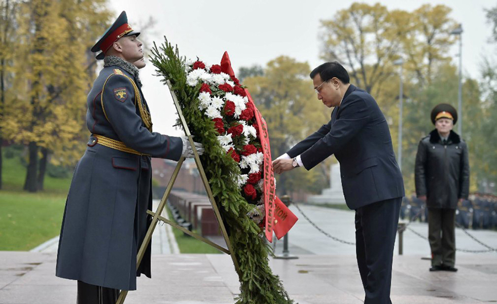 李克强向俄罗斯无名烈士墓献花圈