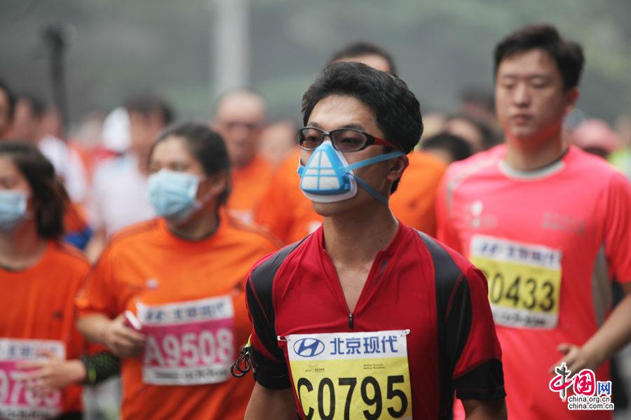 2014北京马拉松雾霾中开跑 选手口罩面具上阵