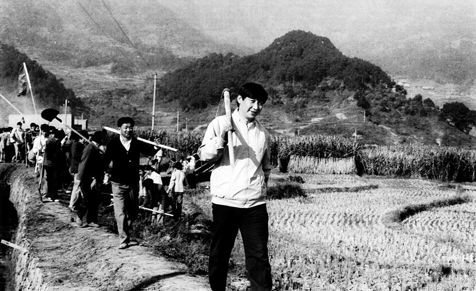 习近平在农村调研时参加劳动
