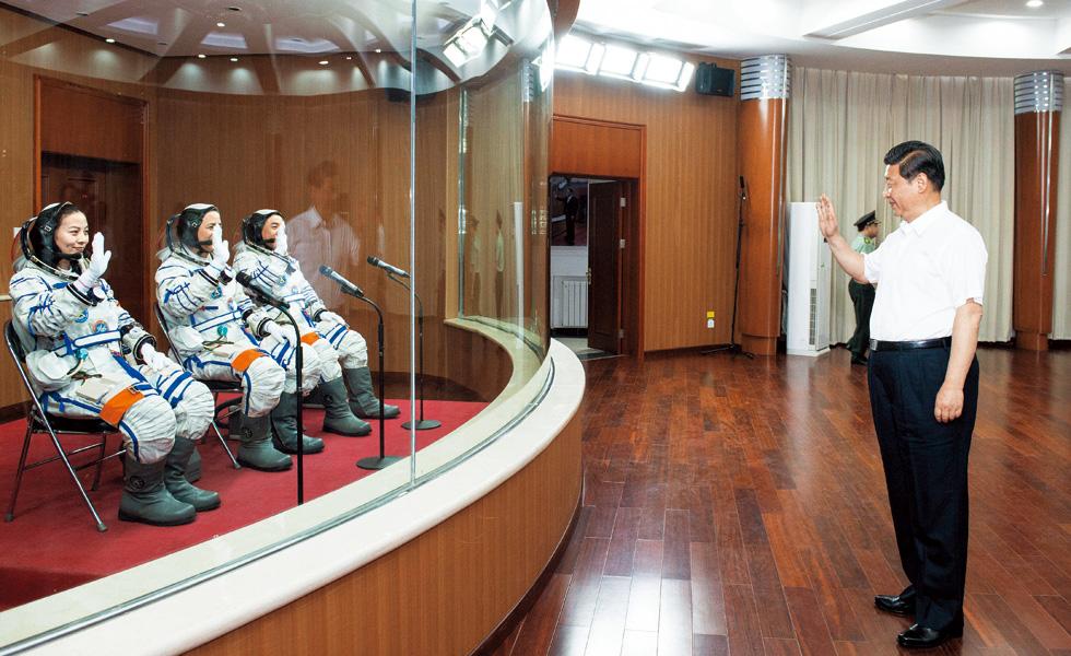 2013年6月11日-,习近平在酒泉卫星发射中心观看神舟十号载人飞船发射,向即将出征的航-天员聂海胜、张晓光、王亚平挥手致意。