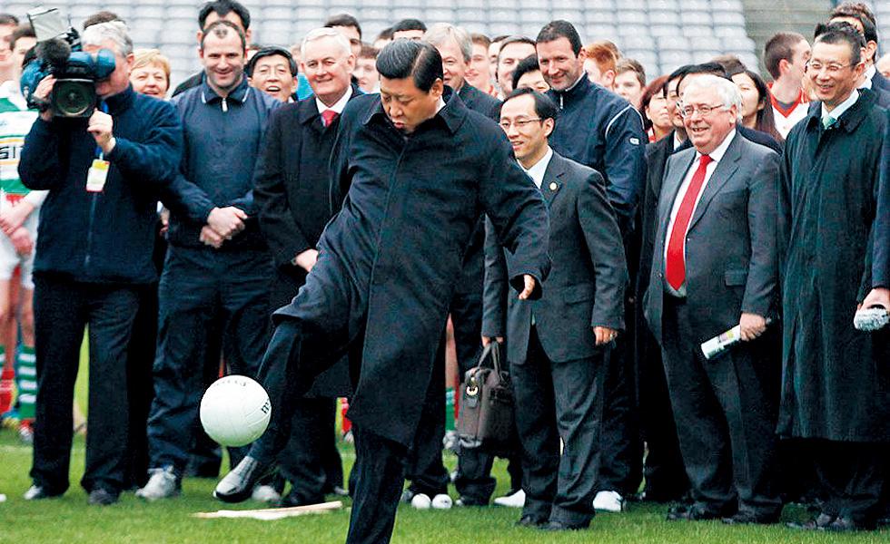 2012-年-2-月,时任中-华人民共和国副主席-的习近平访问爱尔兰,-在参观爱尔兰盖尔式-运动协会时应邀开球。
