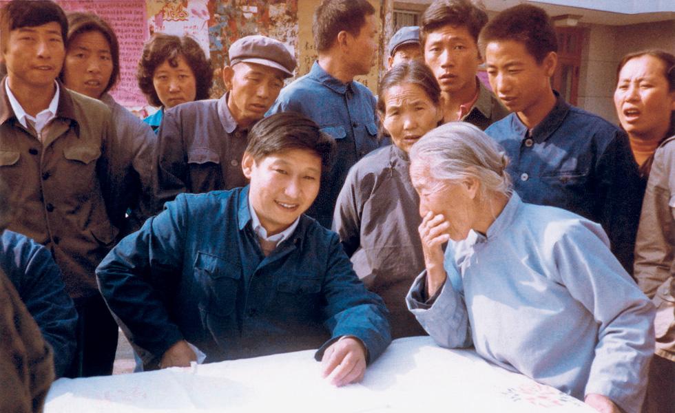 1983年,时任河北省正定县委书记的习近平临时在大-街上摆桌子听取老百姓意见。