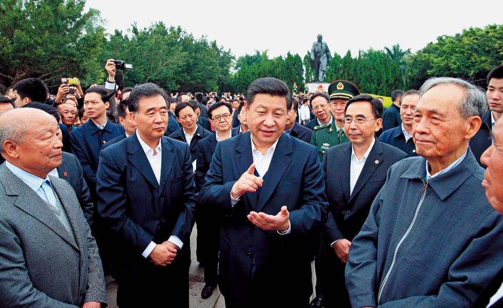 2012年12月8日,习近平在深圳考察期间,在莲花山公园与当年参与特区建设的老同志交谈,强调结合新的时代条件把改革开放继续推向前进。
