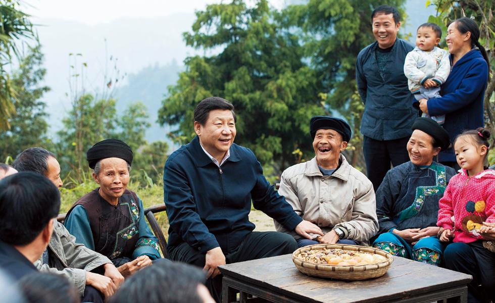 2013年11月3日,习近平在湖南考察时,在湘西土家族苗族自治州花垣县排碧乡十八洞村同村干部和村民座谈。