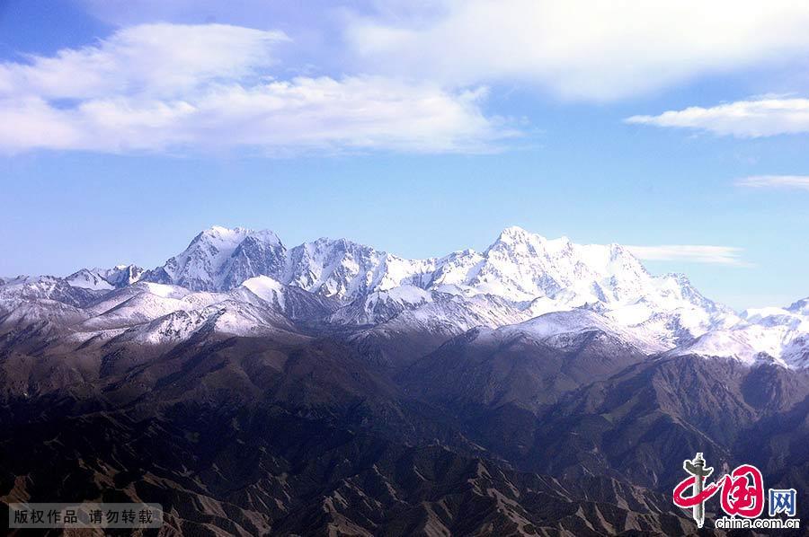新疆天山世界自然遗产地,由昌吉回族自治州的博格达、巴音郭楞蒙古自治州的巴音布鲁克和阿克苏地区的托木尔、伊犁哈萨克自治州的喀拉峻—库尔德宁等四个区域组成。