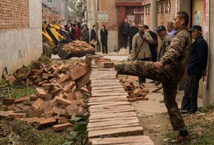 北京房山法院强执拆除堵路墙