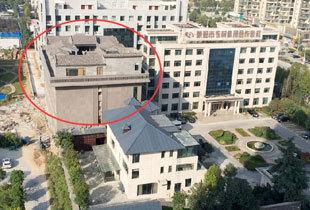 郑州现最牛违章建筑 楼顶改建奢华四合院