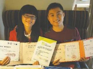 大学 学霸情侣 3年共拿87个奖状证书图片