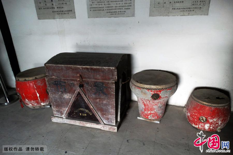 新四军战士文艺演出使用的鼓、快板、花痴等道具