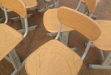 """山东现""""纸壳课桌椅"""" 被雨淋后开裂遭质疑"""