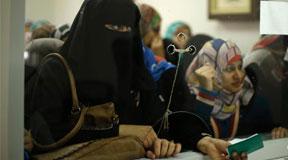 前哈马斯政府雇员排队领取欠薪