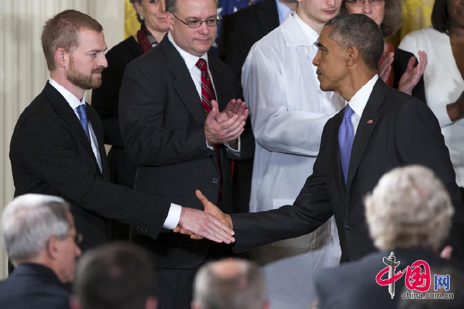 奥巴马与埃博拉康复患者握手交谈(组图)