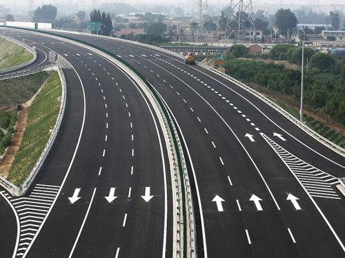 1988年10月31日 我国第一条高速公路开通