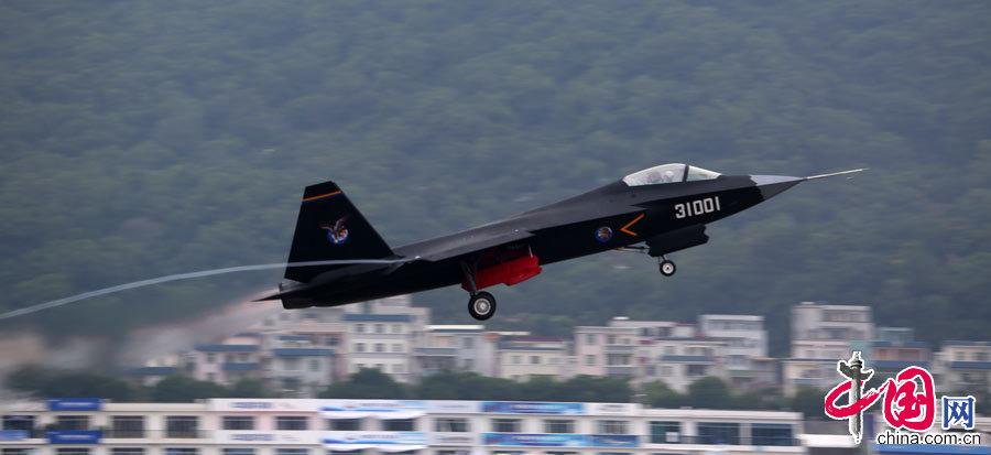 2014年11月9日下午,在珠海航展现场国产四代战机歼31开始训练飞行。 中国网记者 杨佳摄影