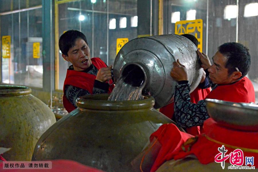 《齐民要术》记载的制曲方法一直沿用至今。在乡村一些民间制酒作坊传承土法制酒酿造技艺。中国网图片库 周会/摄
