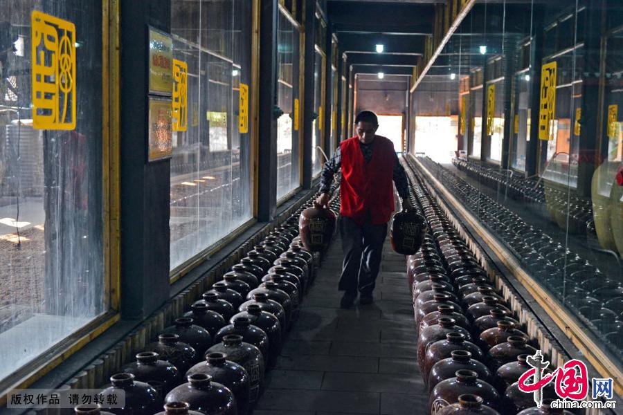 工人在搬运酒坛到窖藏室。中国网图片库 周会/摄