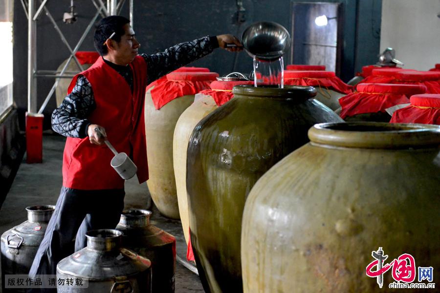 制酒师向我们展示传统酿酒技艺下的酒品。中国网图片库 周会/摄