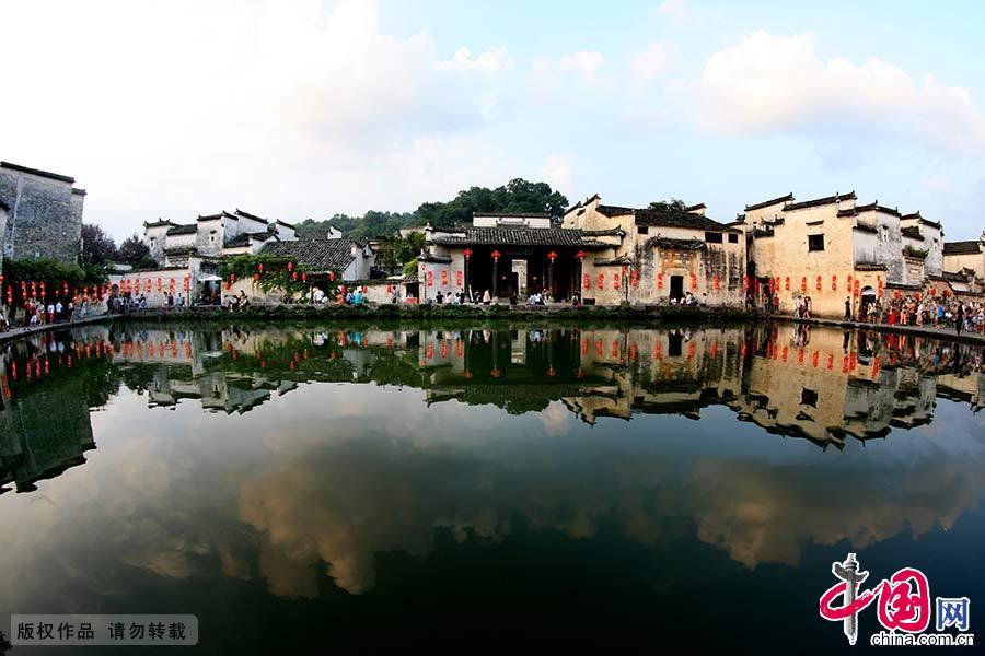 皖南古村落是指安徽省长江以南山区地域范围内,以西递和宏村为代表的古村落。皖南古村落是具有共同地域文化背景的历史传统村落,有强烈的徽州文化特色。