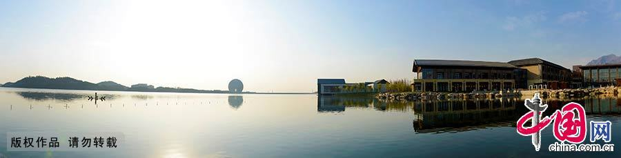 雁栖酒店一侧的湖光山色全景图,中间椭圆形建筑便为接待APEC客人的日出东方酒店。