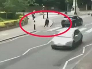 女子过马路被撞_