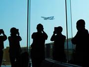 珠海機場候機乘客觀看空客A380飛行表演
