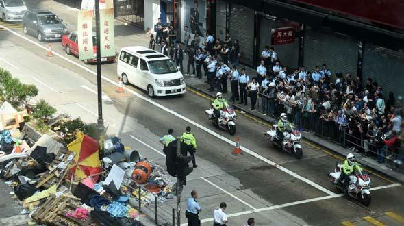 香港开始在旺角弥敦道展开清除障碍物行动