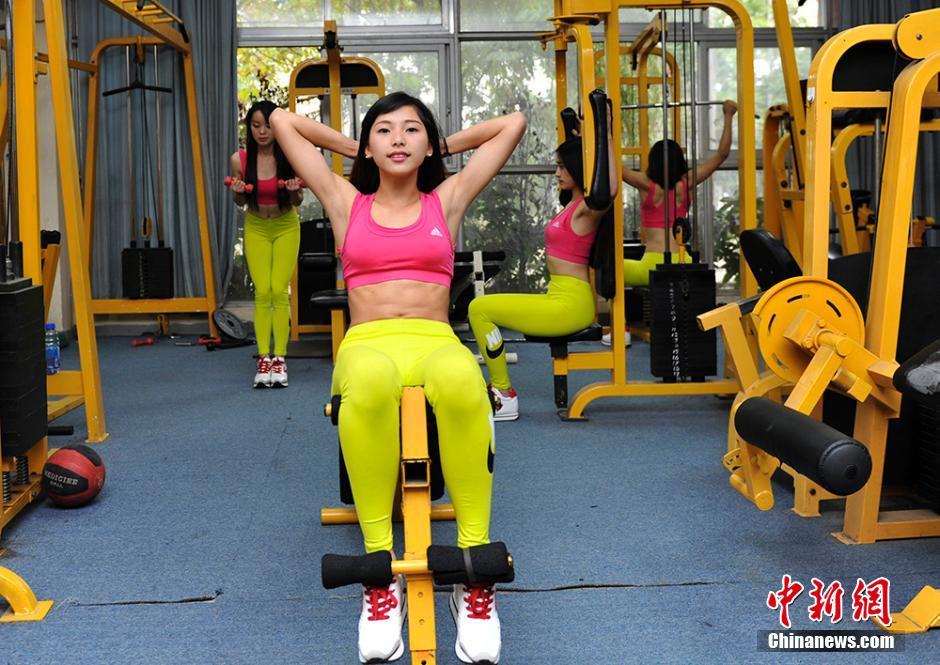 中国大学水球美女入女生v大学队备战锦标赛(图)健美雷鸣图片