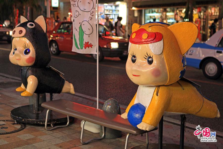 國際通大街上的玩偶與椅子