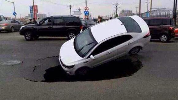 泉州一公路突现大坑将小轿车吞没全程被拍